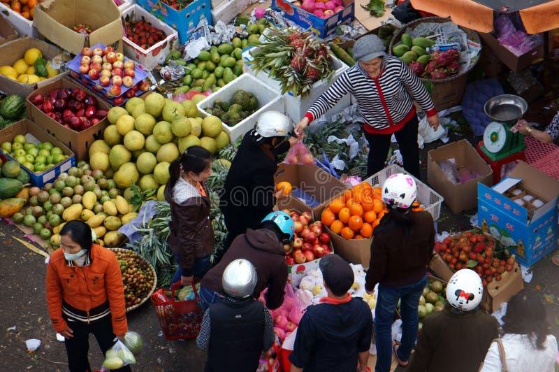Ludzie zakupu i bubla owoc przy rynkiem. DA LAT, WIETNAM LUTY 8, 2013 fotografia royalty free