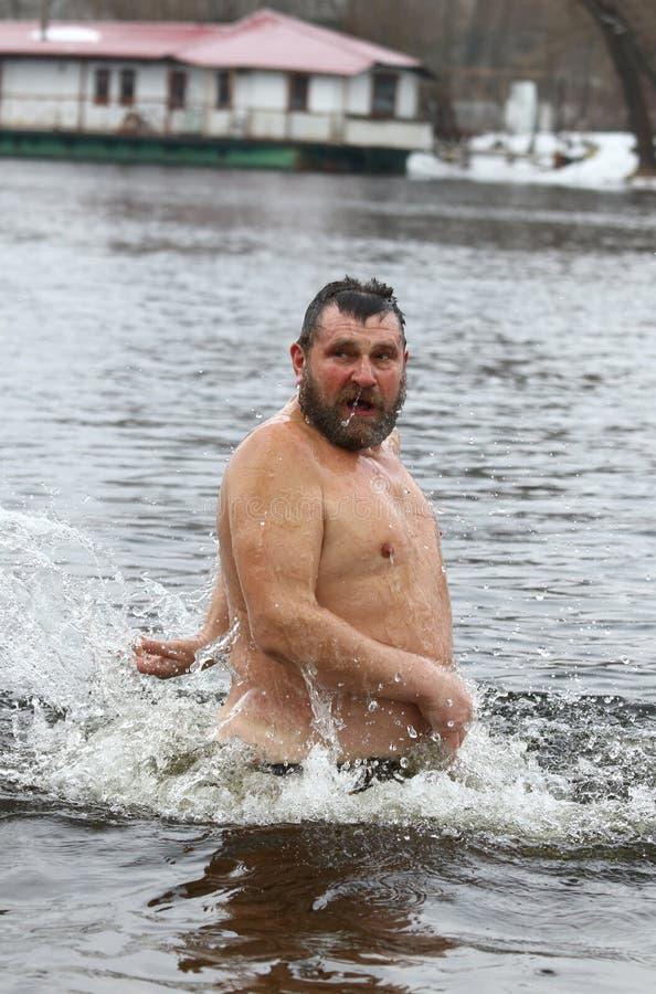 Ludzie zamaczają w lodowatej wodzie podczas objawienia pańskiego świętowania fotografia stock