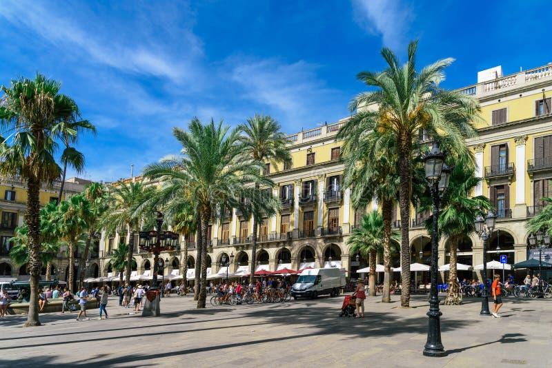 Ludzie Zbiera W Królewskim Kwadratowym Placa Reial lub placu realu słynna atrakcja turystyczna Barcelona zdjęcie stock