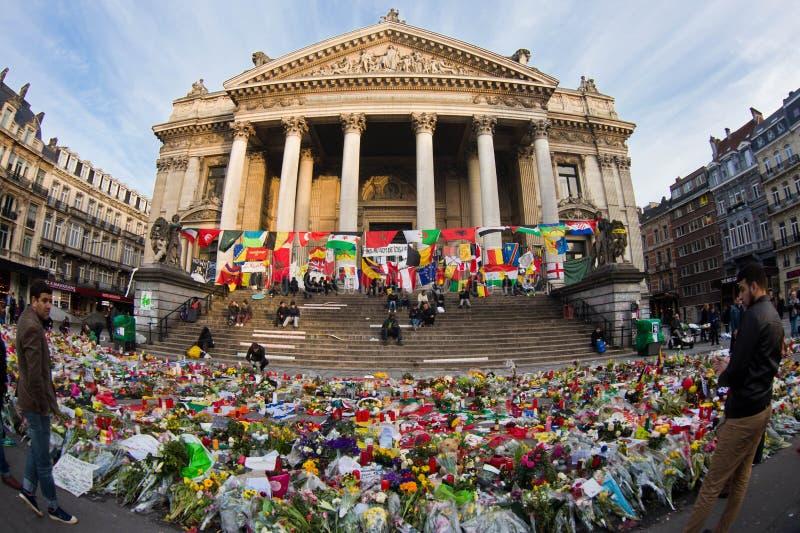 Ludzie zbierali w Bruksela pamiętać ofiary terrorystyczni ataki które wziąć miejsce na Marzec 22 zdjęcia stock