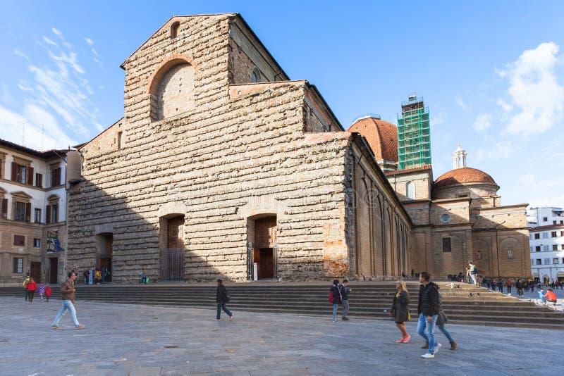 Ludzie zbliżają bazylikę Di San Lorenzo w Florencja fotografia stock