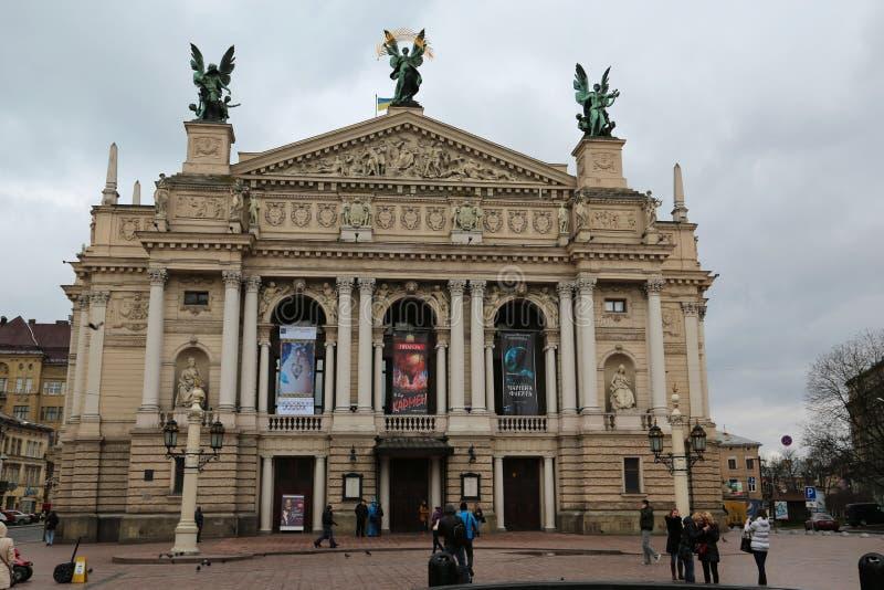 Ludzie zbliżają operę i baletniczego teatr w Lviv, Zachodni Ukraina zdjęcia stock