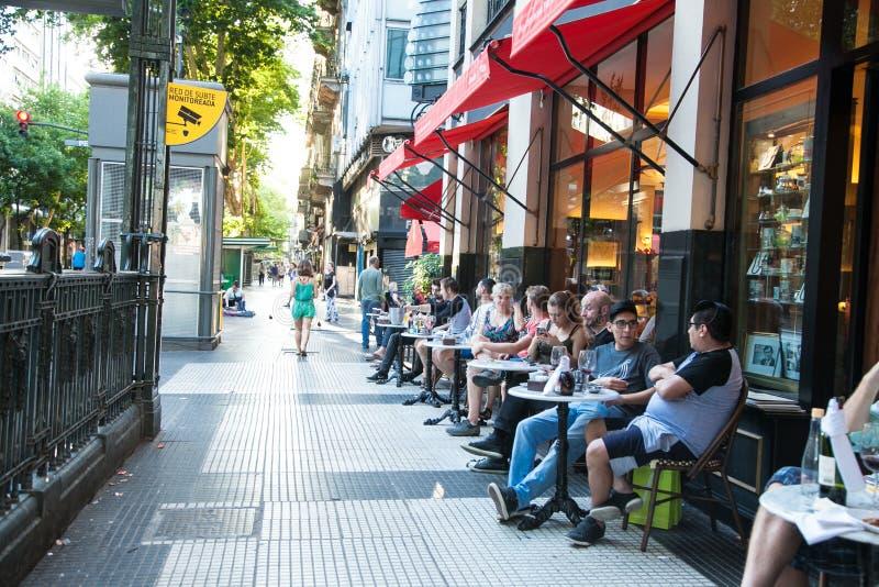 Ludzie związani ze sławną kawiarnią w Avenida de Mayo w mieście Buenos Aires w Argentynie fotografia stock