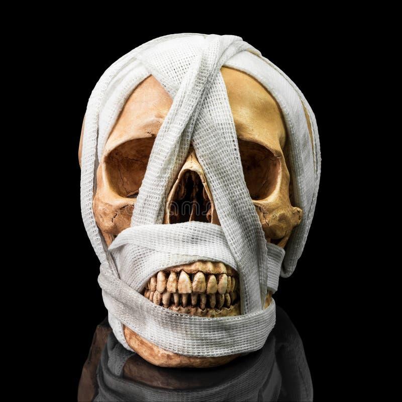Ludzka czaszka z bandażem zdjęcie stock