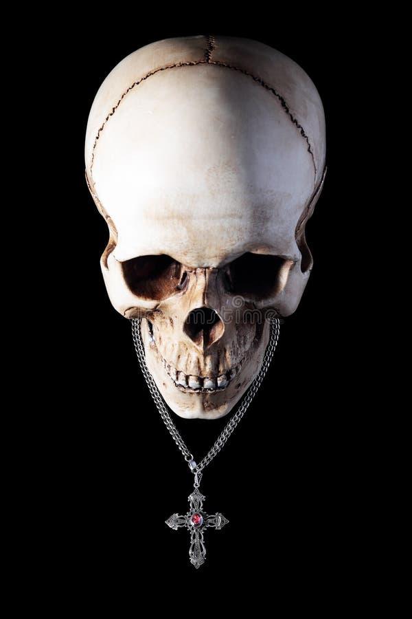 Ludzka czaszka z srebro krzyżem obrazy stock