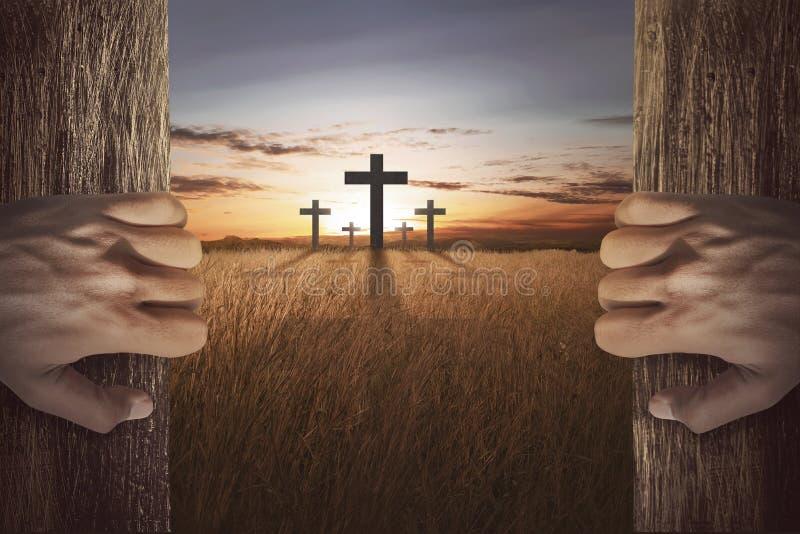 Ludzka ręka otwiera drewnianego drzwi i przyglądającego krzyż obrazy stock