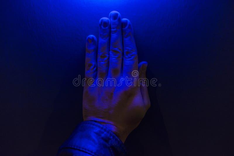 Ludzka ręka Pod błękita światłem zdjęcie royalty free