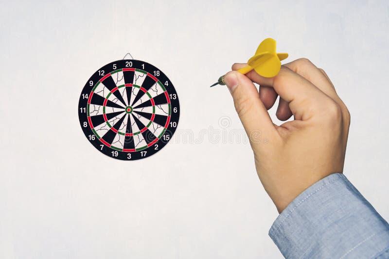 Ludzka ręka rzuca strzałka cel strzałki deska obraz royalty free