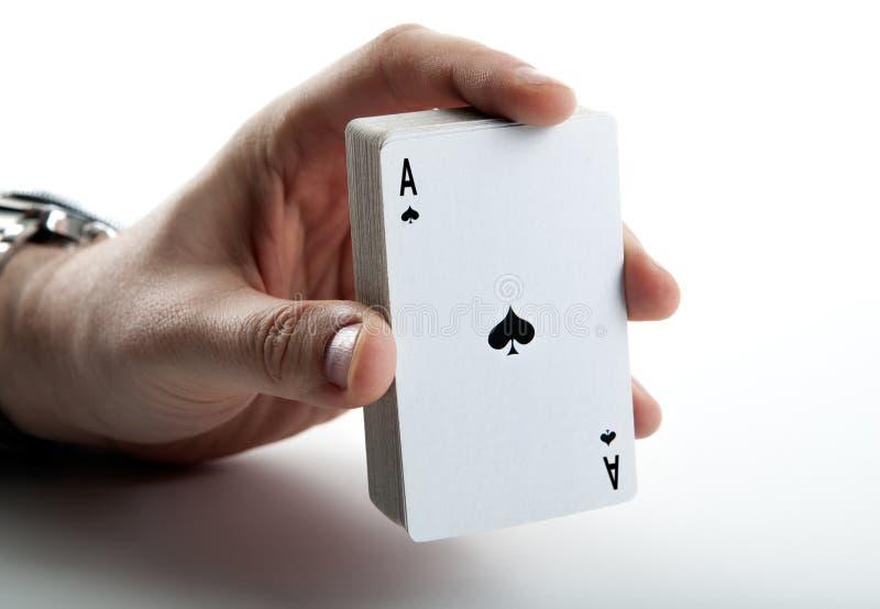 Ludzka ręka trzyma as rydle i pokładu karty obrazy stock