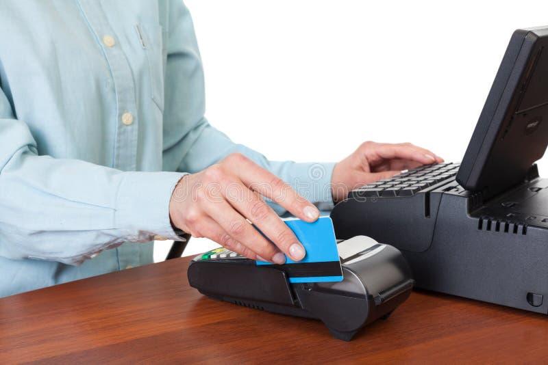 Ludzka ręka z kredytowej karty zamachem przez terminal dla sprzedaży fotografia stock