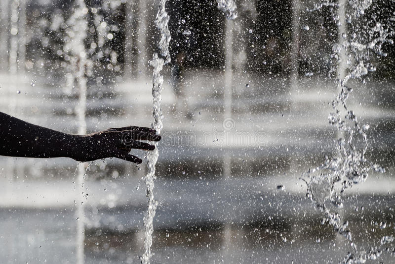 Ludzka ` s ręka i fontanna zdjęcie stock