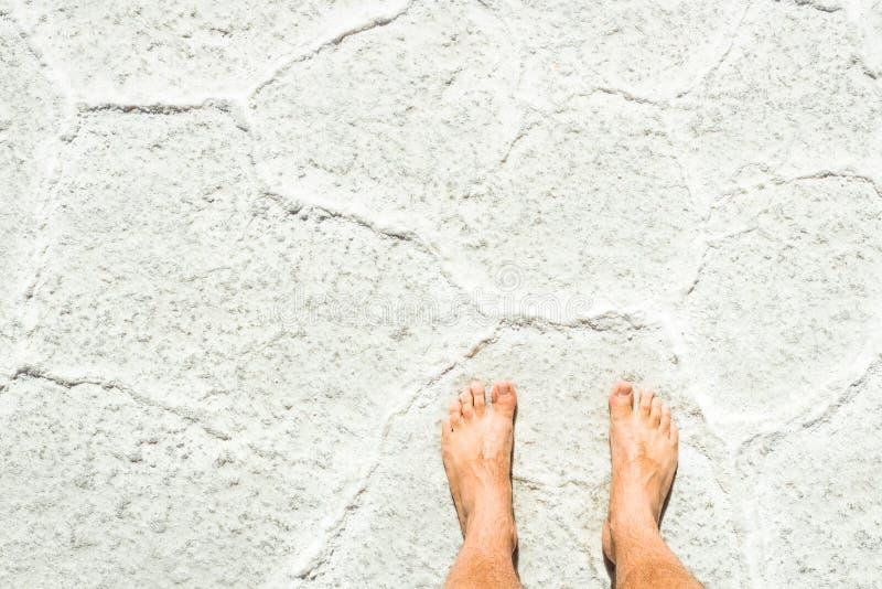 Ludzki bosy na soli powierzchni Salar De Uyuni w Boliwia zdjęcie stock