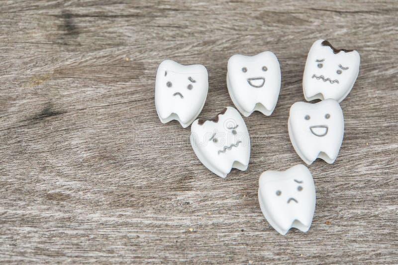 Ludzki oralny zdrowia pojęcie - śliczny zdrowy i płacz gniliśmy zęby obraz royalty free