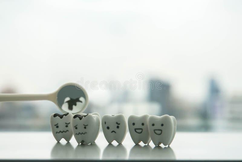 Ludzki oralny zdrowia pojęcie sprawdzać rozpadowych zęby dentystą każdy 6 miesięcy obrazy royalty free