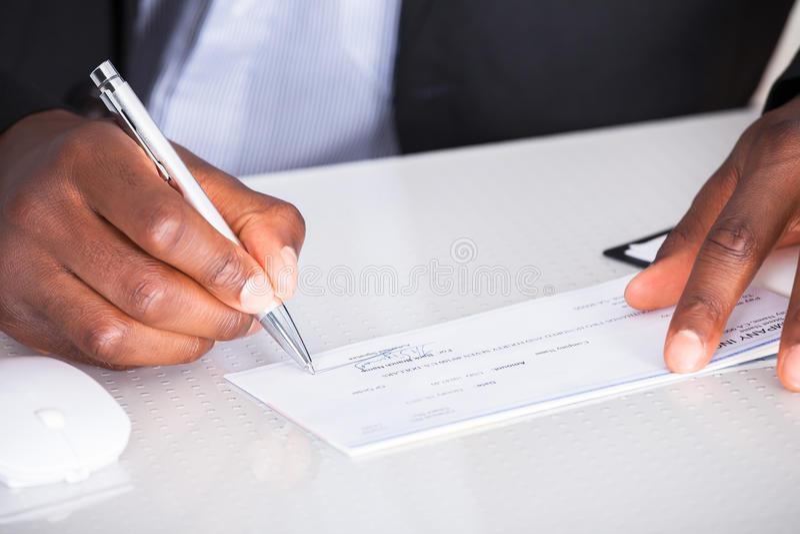Ludzki ręki writing na kratce zdjęcie stock
