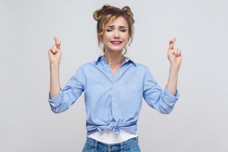 Ludzkie emocje i uczucia Zabobonna nastolatek dziewczyna z bl obraz stock