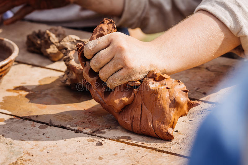 Ludzkie ręki ugniatają glinę obrazy stock
