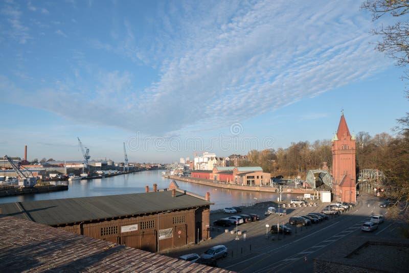 LUEBECK, ΓΕΡΜΑΝΙΑ - 15 ΝΟΕΜΒΡΊΟΥ 2081: άποψη πέρα από το λιμάνι στο τ στοκ εικόνες