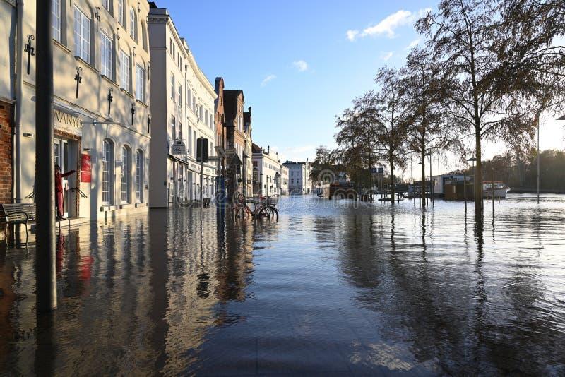 LUEBECK, ΓΕΡΜΑΝΙΑ, ΣΤΙΣ 2 ΙΑΝΟΥΑΡΊΟΥ 2019: Νερό της πλημμύρας του ποταμού Trave στην ιστορική παλαιά πόλη Luebeck, Γερμανία, μπλε στοκ εικόνες