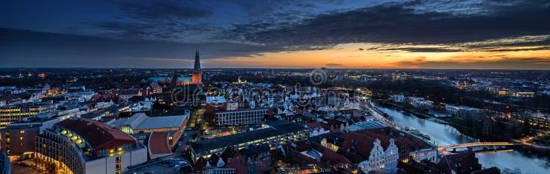 Luebeck, Alemania - 17 de diciembre de 2019: Vista aérea nocturna panorámica de la ciudad iluminada de Luebeck en invierno con el fotografía de archivo