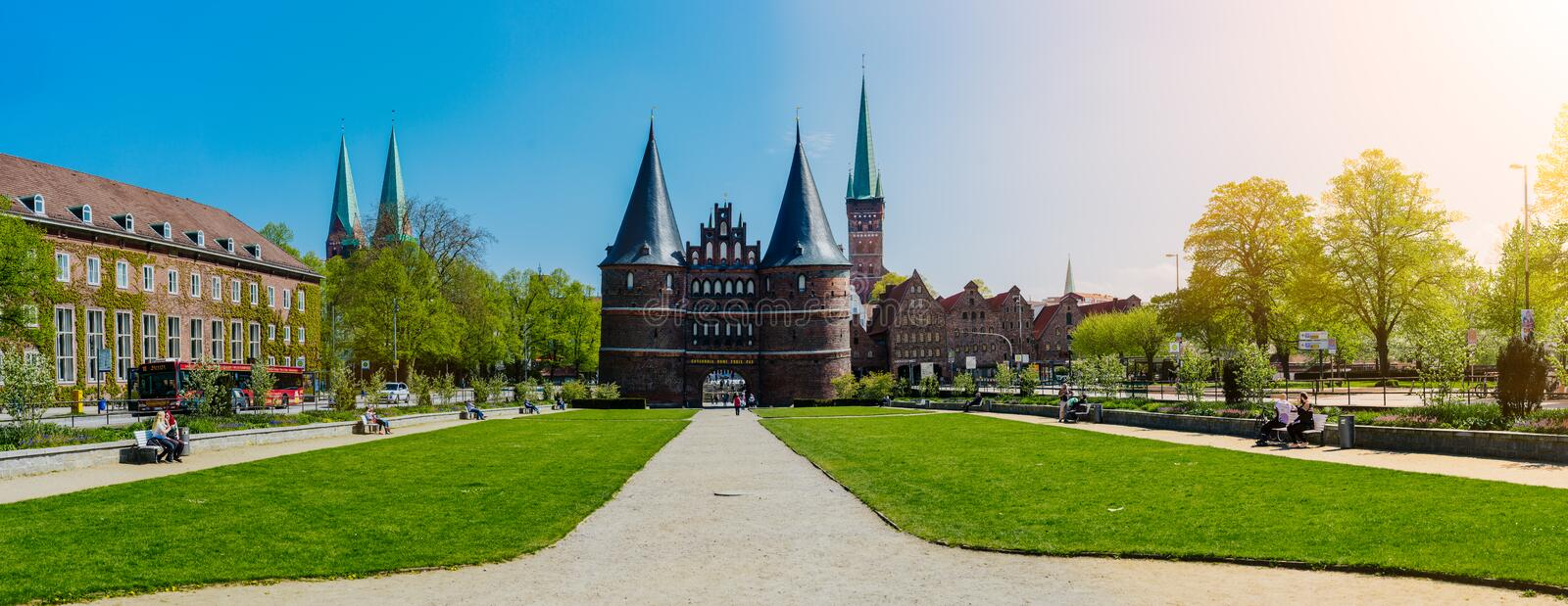 LUEBECK, DEUTSCHLAND - 29. April 2018: Das Holsten-Tor in Luebeck stockfotografie