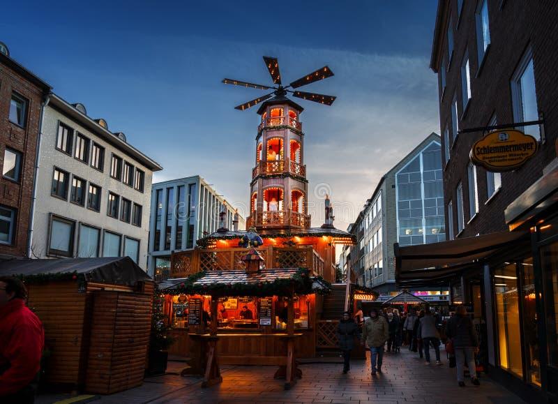 LUEBECK, DEUTSCHLAND - 26. NOVEMBER 2018: Große Weihnachtspyramide herein lizenzfreie stockfotos