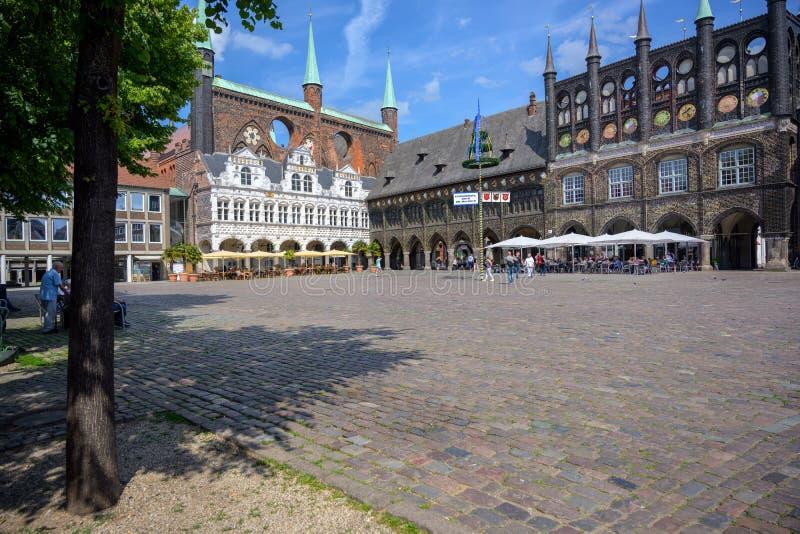 LUEBECK TYSKLAND - JUNI 3, 2019: Marknadsställe på stadshuset av Luebeck, en populär turist- destination i den historiska gamla s arkivbilder