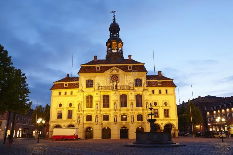 Lueneburg - Rathaus am Abend stockfotos