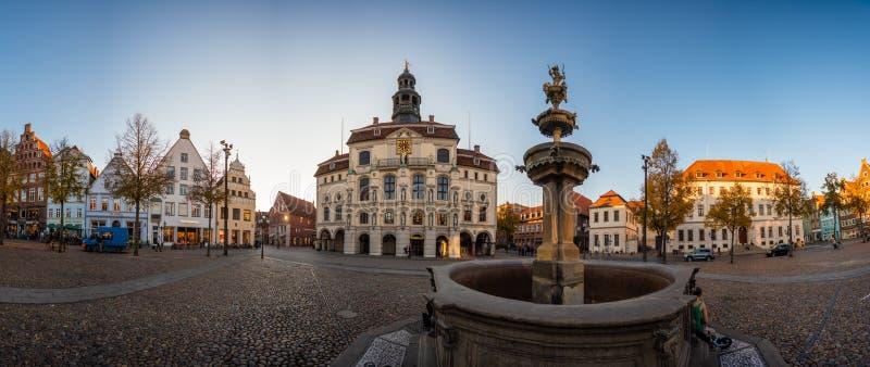 Lueneburg stary urząd miasta, fontanna i amorek obrazy royalty free