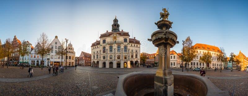 Lueneburg stary urząd miasta, fontanna i amorek obraz stock