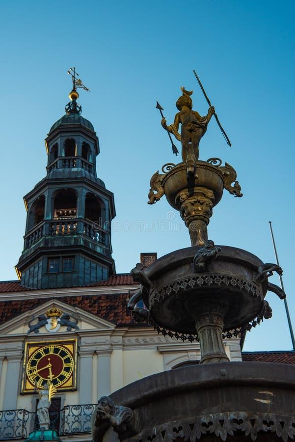 Lueneburg stary urząd miasta, fontanna i amorek fotografia stock