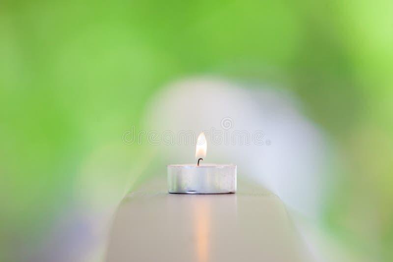 Lueur d'une bougie avec le fond de lumière de nature photo libre de droits