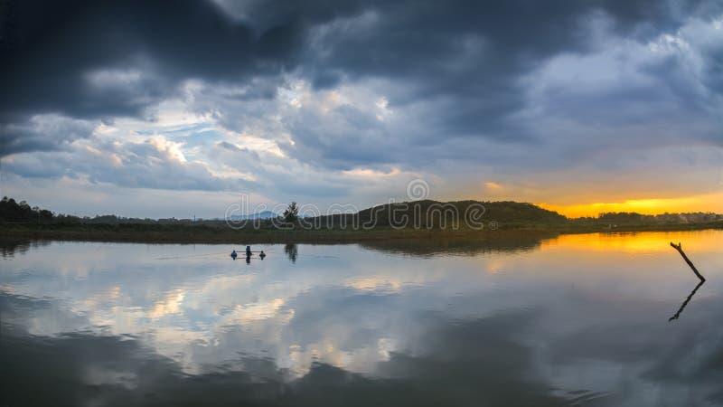 Lueur de coucher du soleil d'été dans la campagne de la Chine image stock