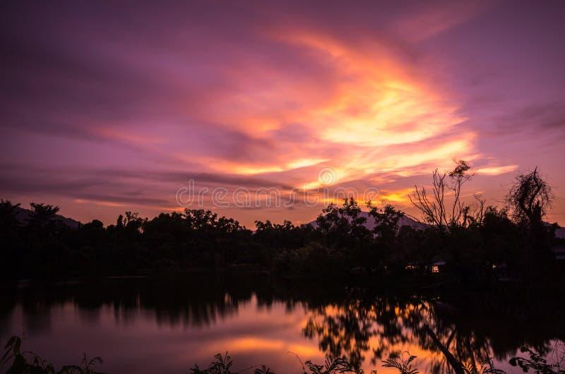 Lueur de coucher du soleil dans le ciel image stock