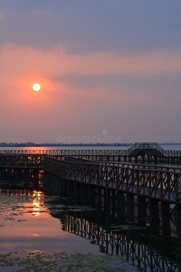 Lueur de coucher du soleil de lac Yangcheng photographie stock