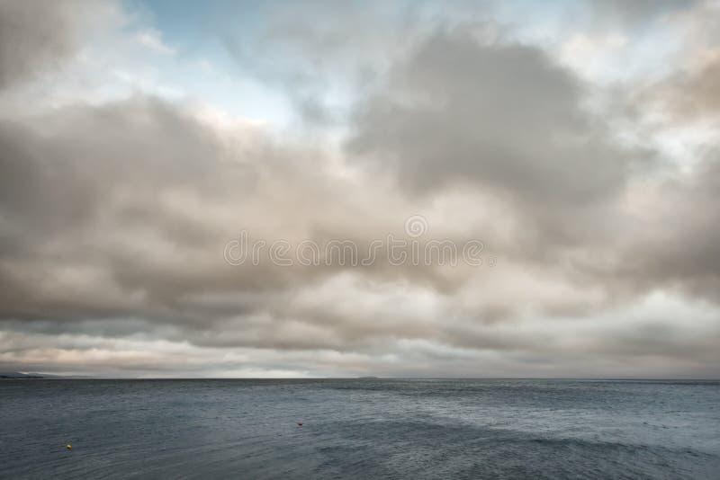 Lueur de nuages au-dessus de port le long de l'Océan Atlantique photos libres de droits