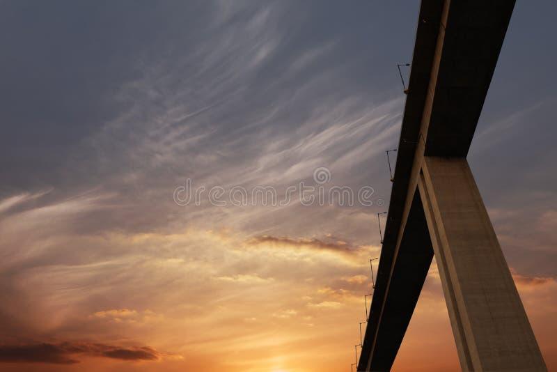 Lueur et route de coucher du soleil image libre de droits
