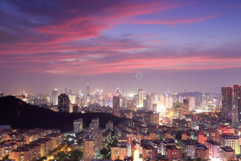 Lueur magnifique de coucher du soleil au-dessus de ville de Xiamen image stock