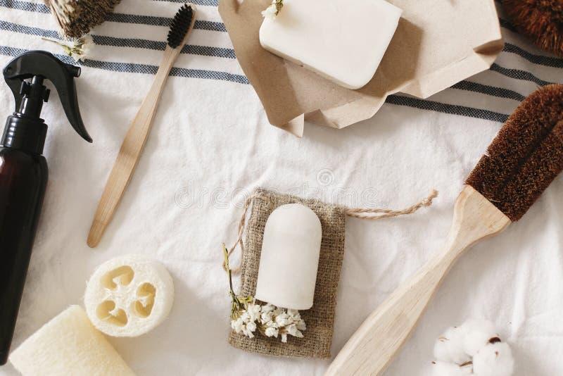 Luffa naturel d'eco, brosse à dents en bambou, brosse, savon de noix de coco, handm photo libre de droits