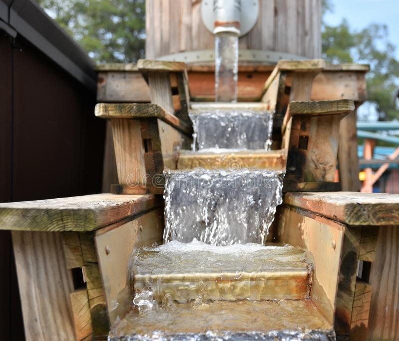 Lufowa fontanna z zrzutów krokami reprezentuje czystą wodę zdjęcie stock