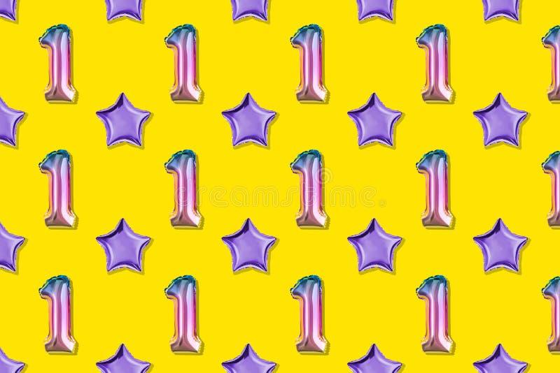 Luft-Ballone des Nummer Eins und des Balls formten Folie auf rosa Pastellhintergrund Minimalistic-Zusammensetzung des metallische lizenzfreie stockfotos
