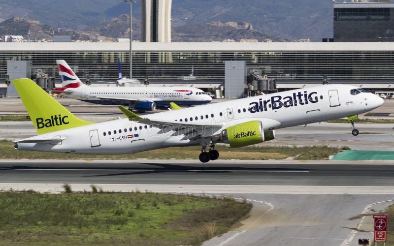 Luft baltischer Airbus A220, der an MÃ-¡ laga sich entfernt lizenzfreies stockbild