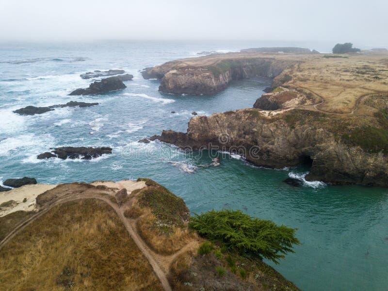 Luft- Bild der schönen Küstenlinie in Nord-Kalifornien stockfotos
