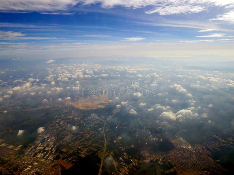 Luft-cloudscape mit Stadt unten stockbild