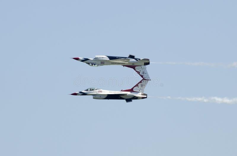 luft gjorda thunderbirds för kraftspegelpasserande oss royaltyfria foton