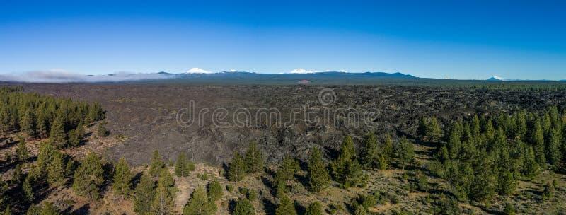 Luft-Lava Flow-Panorama nahe Biegung, Oregon stockfotos