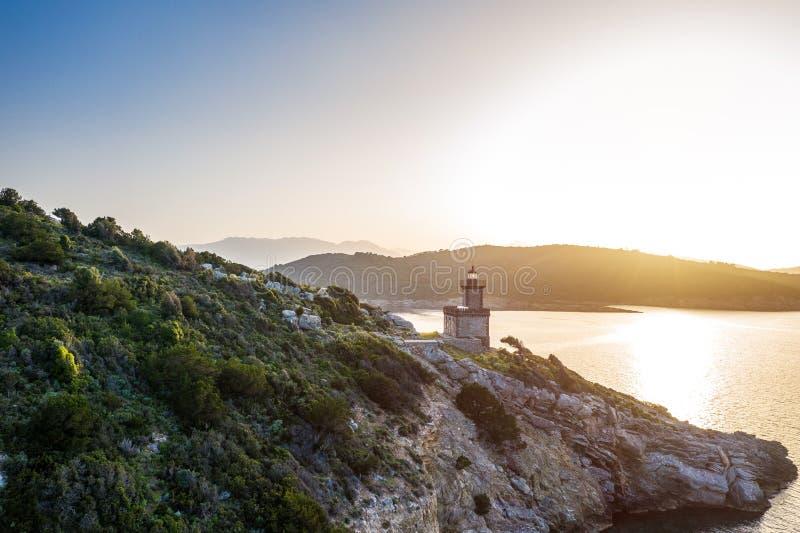 Luft-Leuchtturm Poros Griechenland Dana Romantische Sonnenunterganghintergrundbeleuchtung Griechische Inseln auf Hintergrund Magi stockfotos