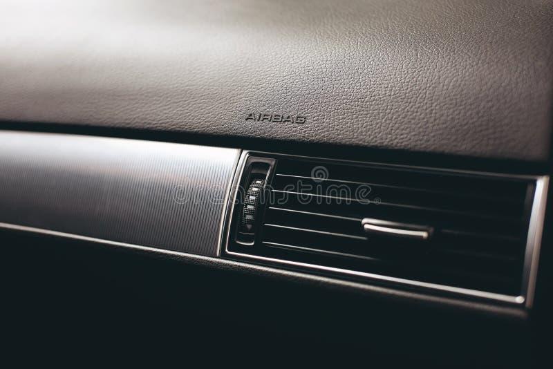 Luft som betingar inom en bil Enhet för klimatkontrollAC i den nya bilen royaltyfria foton