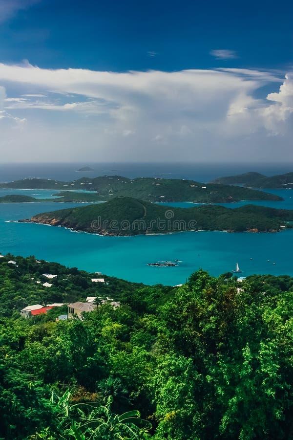 Luft-, vertikale Ansicht über das Türkismeer und grüne Hügel herum lizenzfreie stockbilder