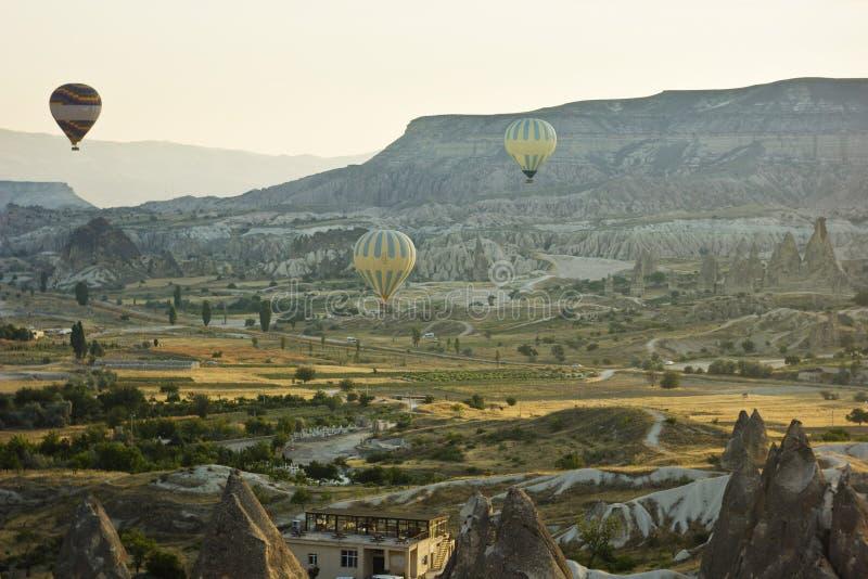 Lufta baloons på soluppgång i cappadociaen, kalkon royaltyfri bild